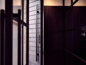 Stalen taatsdeur, wand en balustrade in Nieuwegein